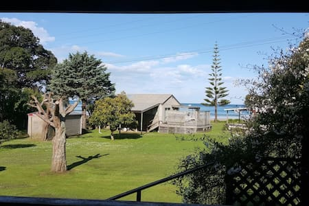 Cosy Kiwi Bach With Beach View and Comfy Caravan.