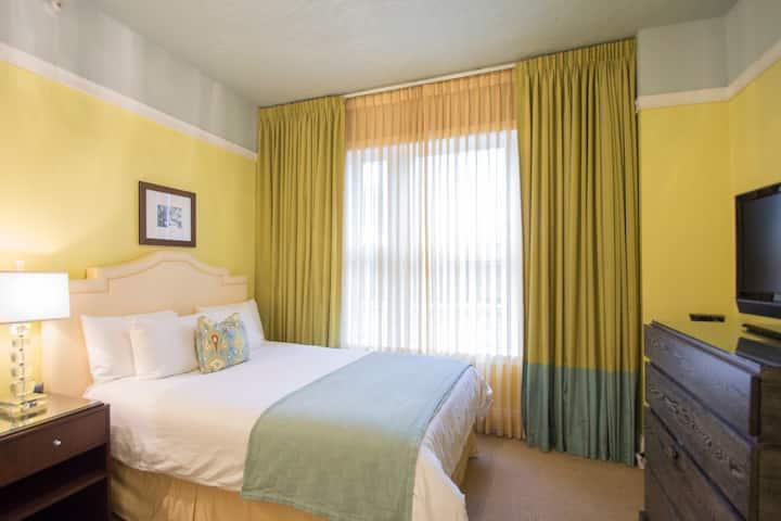Hotel deLuxe, deLuxe Queen