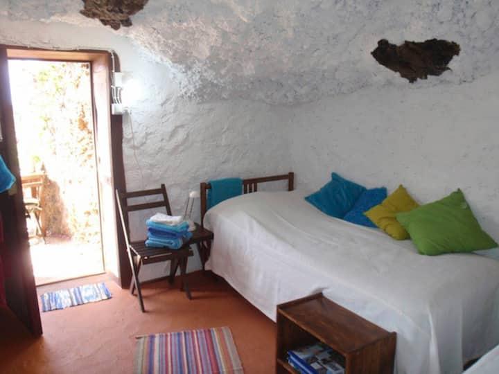Quiet Caveroom with great seaview and breakfast