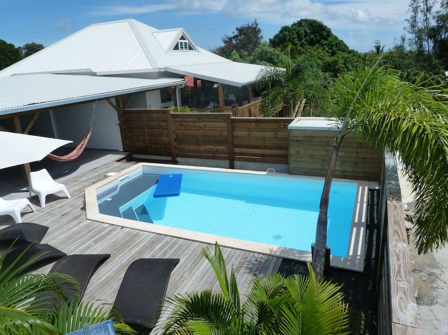 la piscine de casella et une vue sur la cloison amovible et sur la villa casaflo
