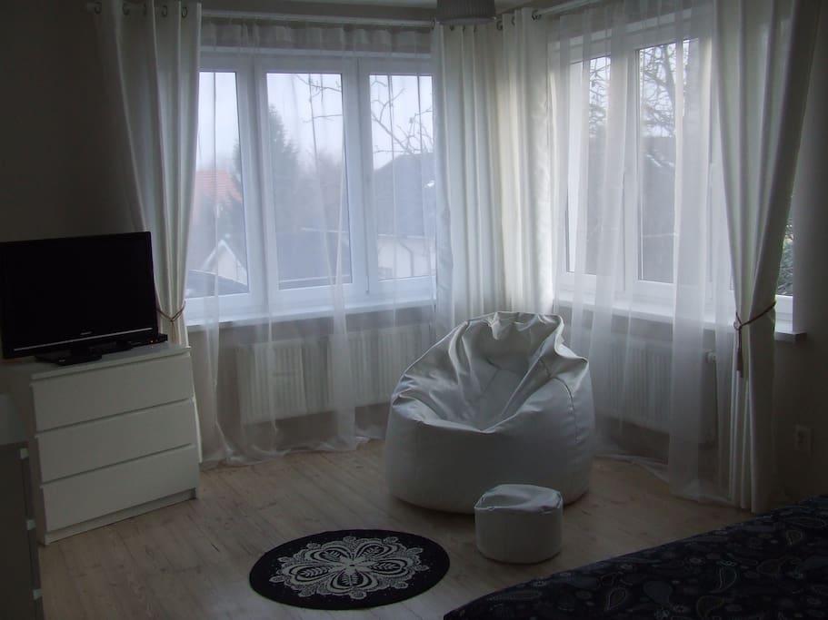 pokój sypialniany jest dość obszerny, widny,  to osobne pomieszczenie z możliwością zamykania na klucz