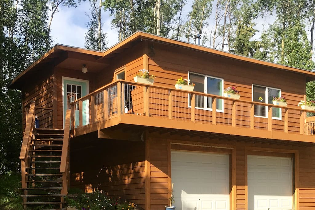 Beautiful guest house with a wrap around deck and gas grill! Perfect for staring at the mountains, and the Northern Lights!