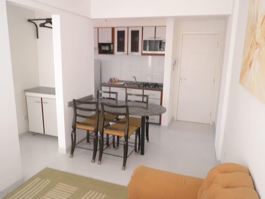 cozinha com tampo e mesas em granito Cooktop, Forno elétrico e micro ondas