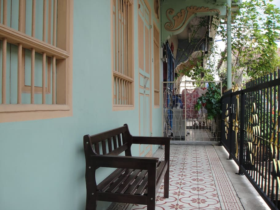 Five-foot way (corridor) in front of the houses to chill.