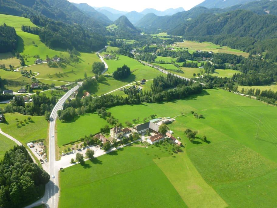 Überflugfoto mit wunderbarem Blick auf umliegende Wiesen und Wälder