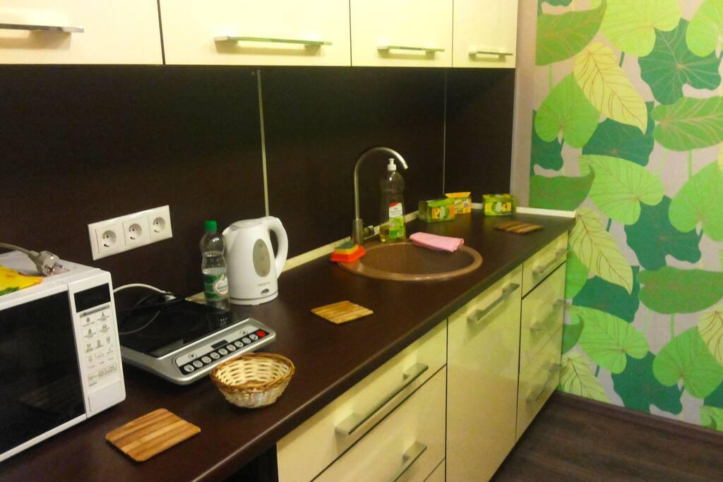 кухня с микроволновкой, электроплитой, холодильником и электрочайникомхолодильником