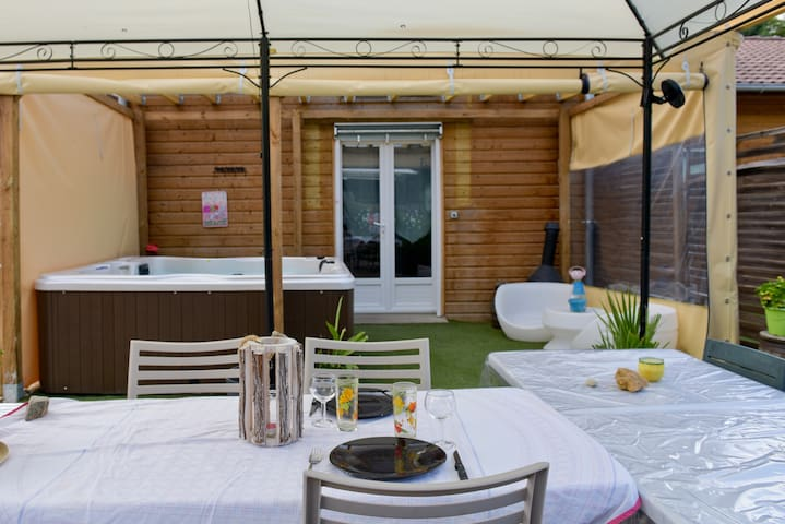 Gîte-Comfort-Private Bathroom-Courtyard view