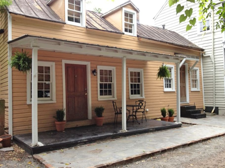 historic downtown cottage apartments for rent in charleston south carolina united states. Black Bedroom Furniture Sets. Home Design Ideas
