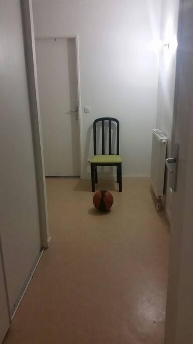 Le couloir pour aller dans les chambres