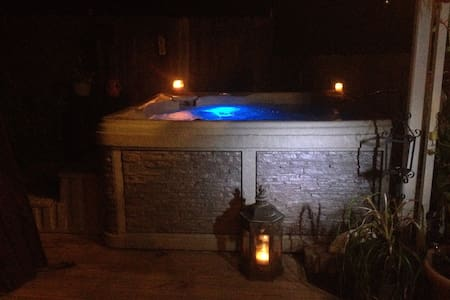 DOWNTOWN PRIVATE HOT TUB/ HEATED POOL/DECK/PARKING - Jim Thorpe - Ev