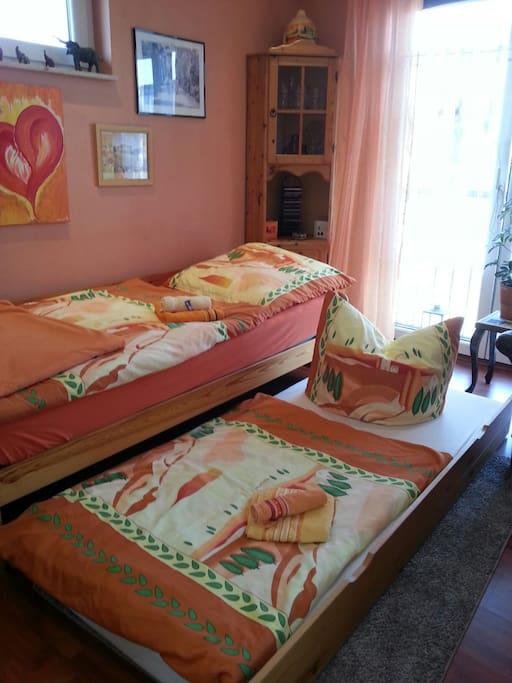 Zwei Personen können hier gut schlafen , auch wenn das Zimmer recht klein ist .