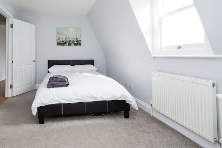 Large Double Bedroom in Kentish Town (QCE)