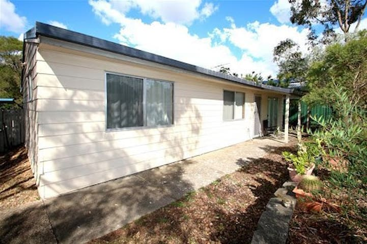 Centrepoint Cottage- M1 access to Brisbane and GC - Eagleby - Dům