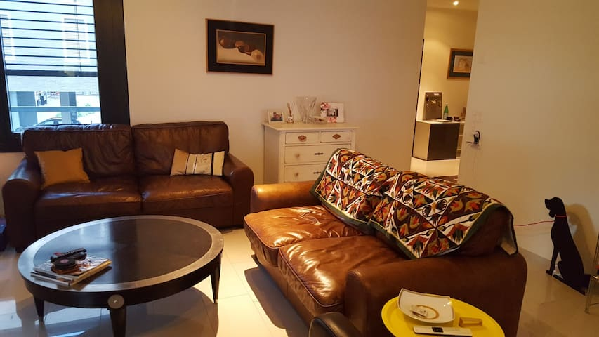 Room city/airport w private bathroom & parking