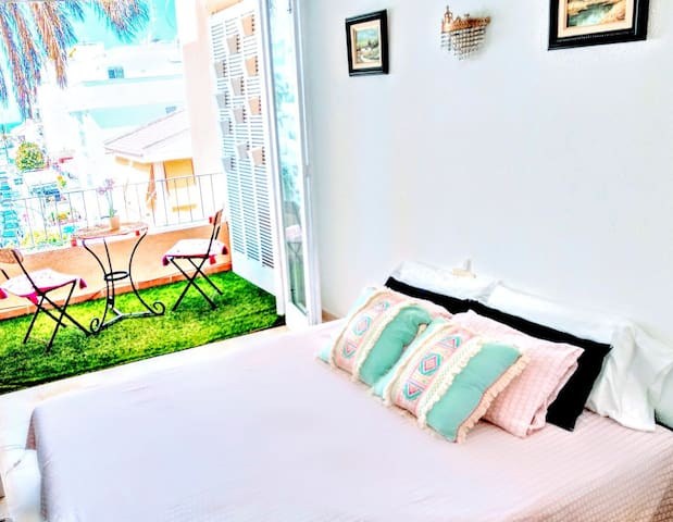 Second Bedroom with sea views terrace. Dormitorio con terraza y vistas al mar. Bed Queen Size