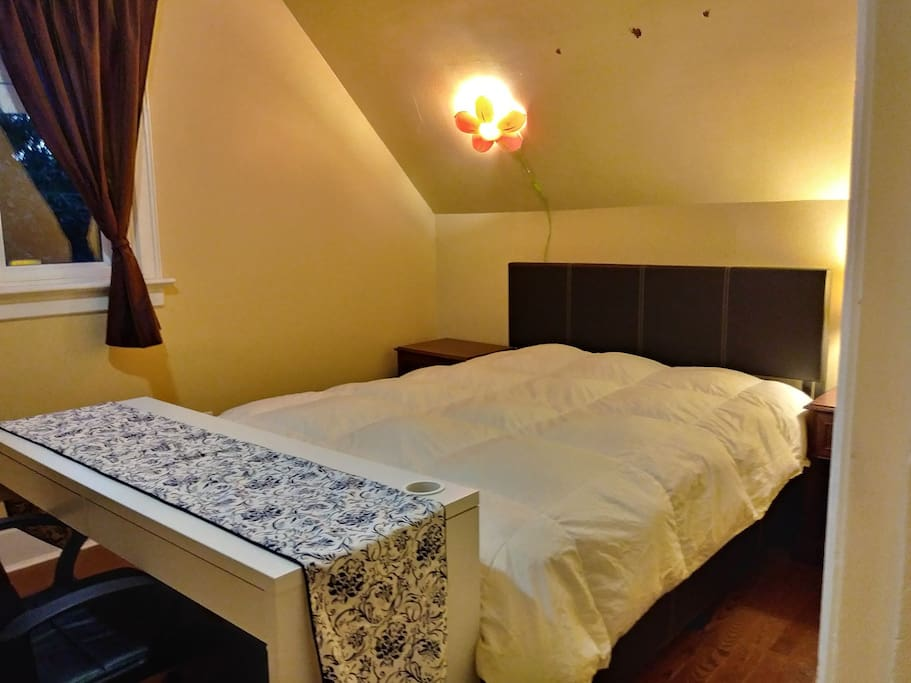 queen size bed with shared washroom