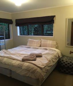 Country living, large twin room. Near airport. - Karaka