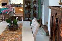 Mesa jantar e cristaleira com as louças