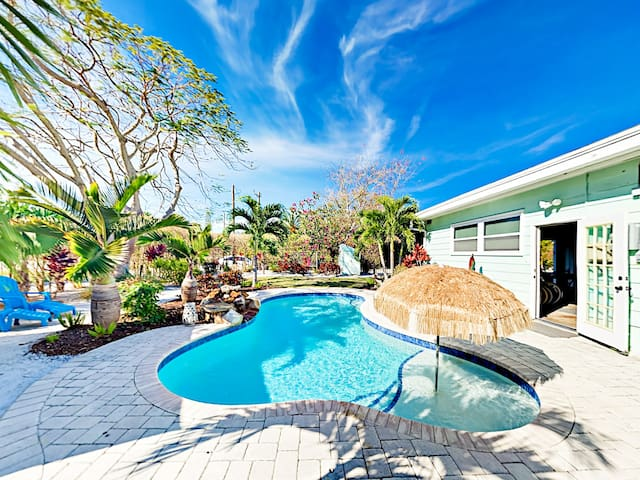 Private Pool, Cabana & Game Room - Walk to Beach