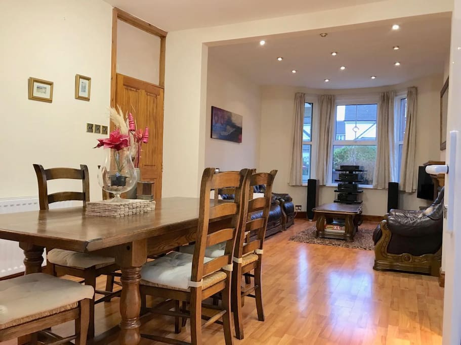 Open plan dining and sitting area