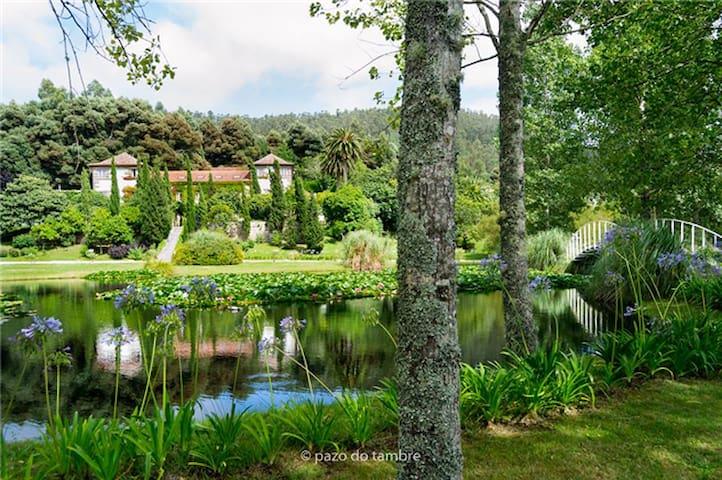 Pazo del siglo XIX con 200.000 M2 de jardines
