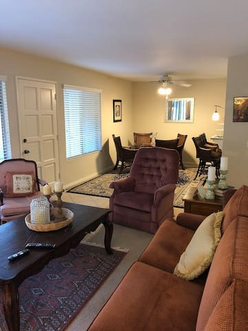 Wonderful 2 bed Condo in Lake Forest!