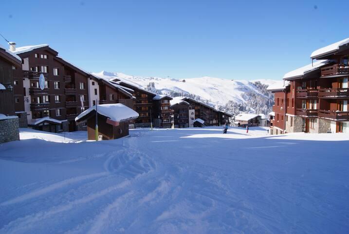 Snow sure at 2050m! vibrant village location -wifi