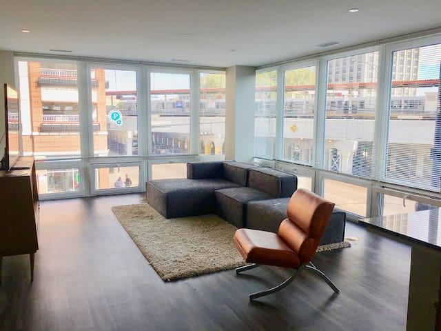 Corner View Apt (2 bed 2 bath) - Chicago - Apartment
