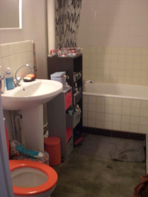 Salle de bain avec baignoire pour un moment de detente