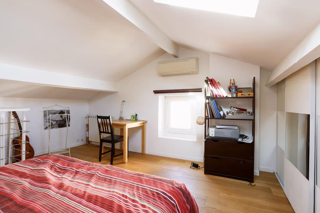 la chambre est très lumineuse et dispose d'un petit bureau