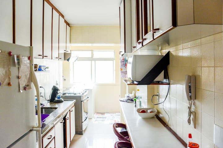 cozinha ampla e completa com microondas, torradeiramaquina de expresso