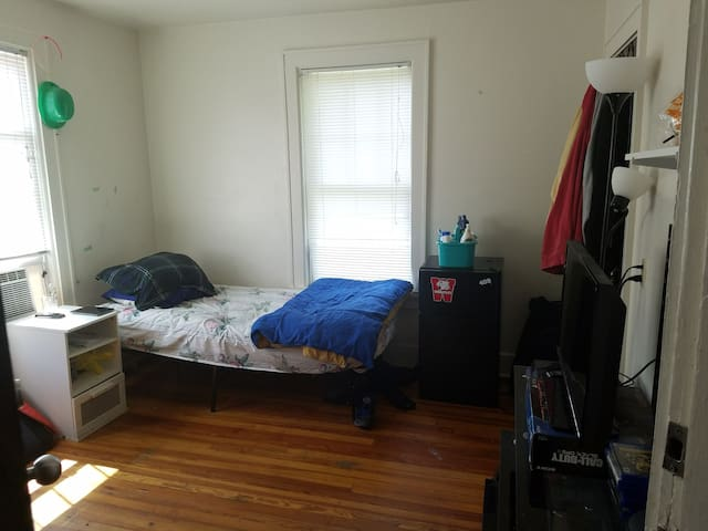 Private room in a 5B house that is close to campus