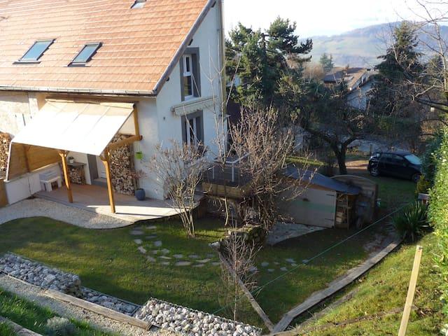 Maison atypique avec petit jardin - Saint-Martin-d'Uriage - บ้าน