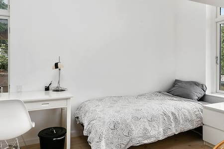 Beautiful room in stylish home 1 - Charlottenlund - Bed & Breakfast
