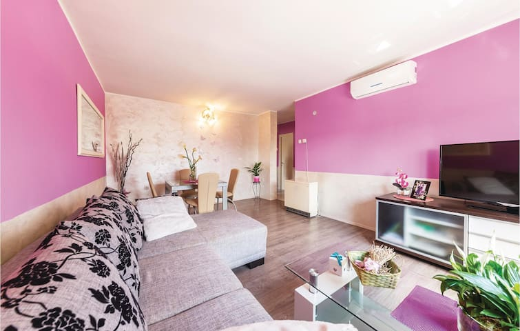 Colorful apartment for 5 in Pula
