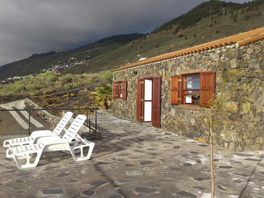 Terraza con tumbonas, duchas y sombra