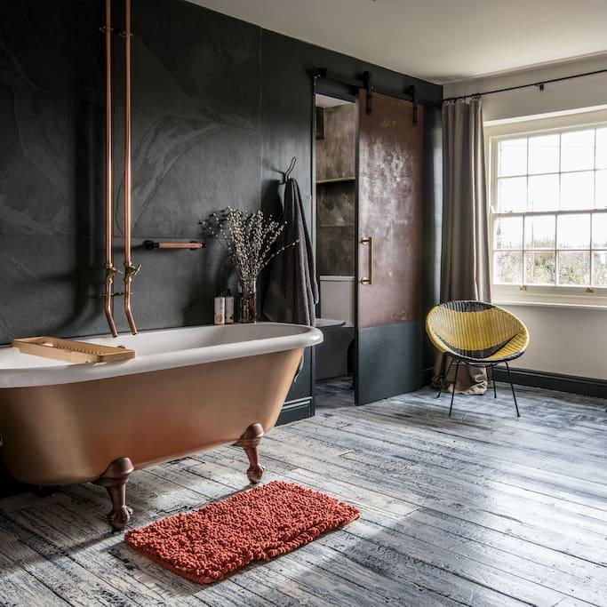 Freestanding bath in bedroom 2