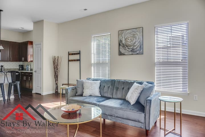 900 SqFt 1BR ★ King Bed | Parking | Gym | Patio