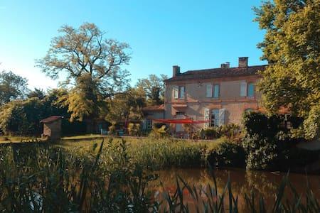 Petit Chateau auf großem Landgut - Beaumont-de-Lomagne - ที่พักพร้อมอาหารเช้า