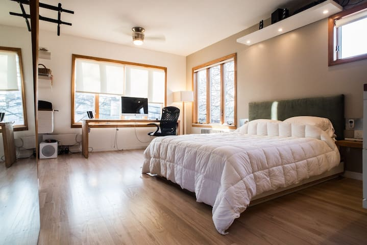 Modern & luxurious close to trains - Ozone Park - Apartment