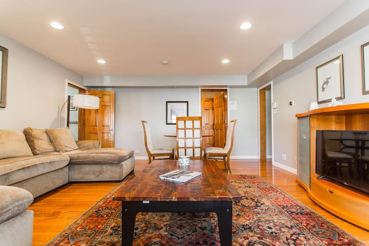Cozy grnd flr 2-bed apt w/ 1 car garage - Oak Park