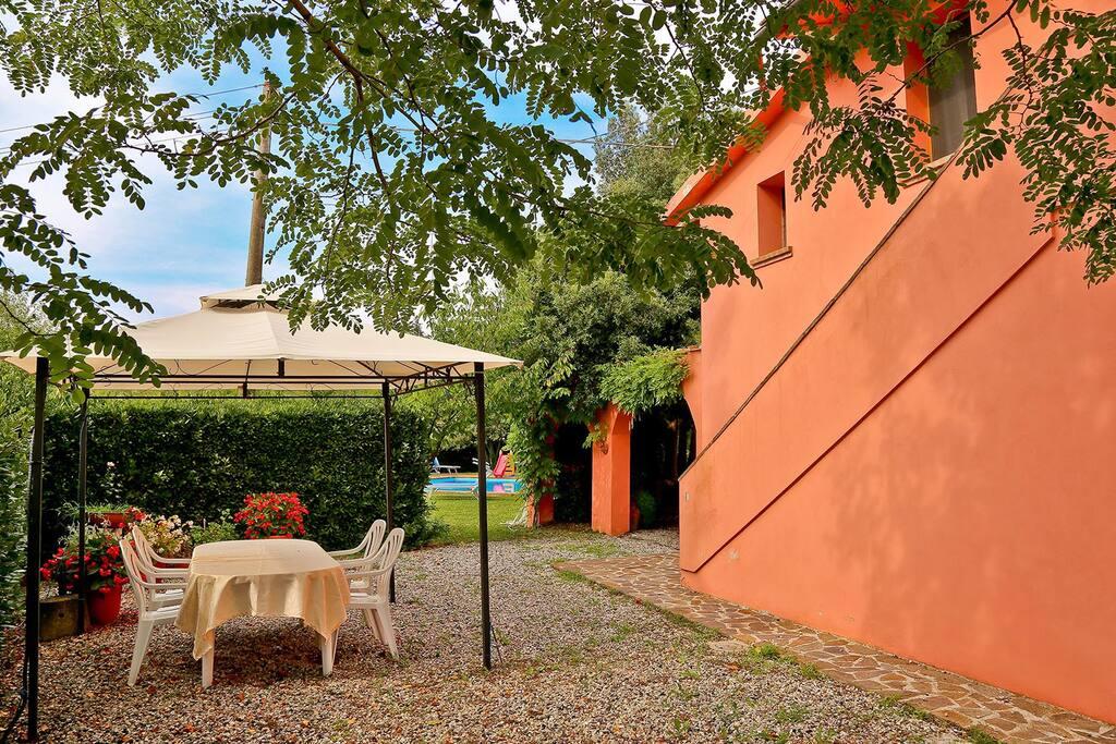 giardino degli ospiti con gazebo tavolo barbecue e ingresso privato piscina