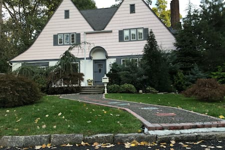 Charming Colonial on quaint brook - Larchmont - 独立屋