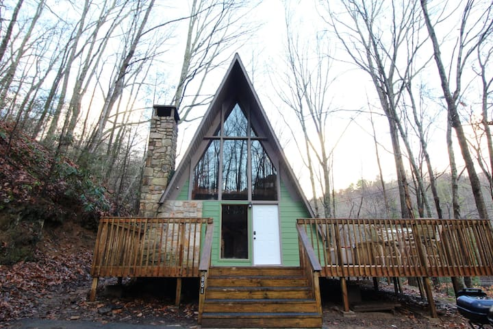 Rustic 2 Bed Cabin Pet Friendly with Hot Tub