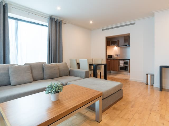 Contemporary 2 Bed, 2 Bath Apartment- Canary Wharf