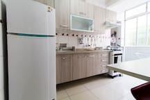 Geladeira, frizzer, fogão, aparelhos para seu livre uso e conforto.