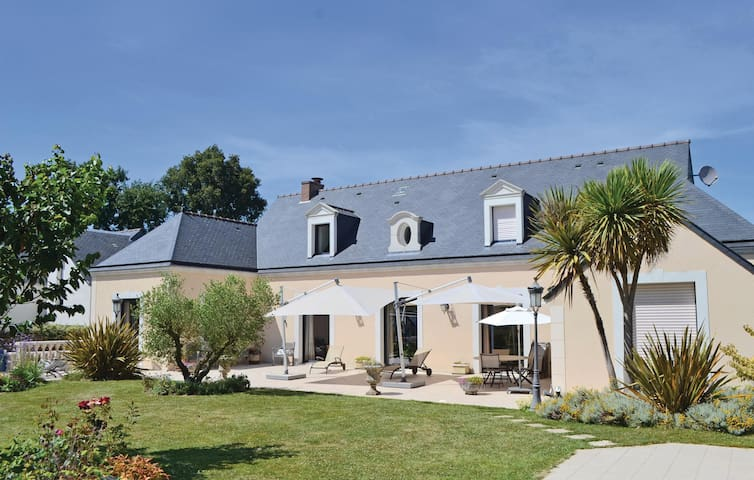 Holiday cottage with 4 bedrooms on 350 m² in Pace