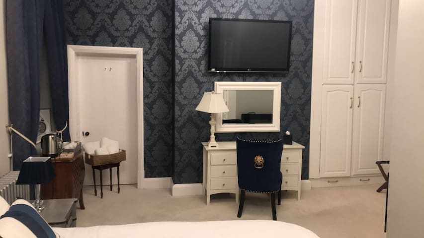 Luxurious Blue Room at Bardney Hall
