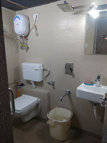 Mumbai metro room for rent AC room