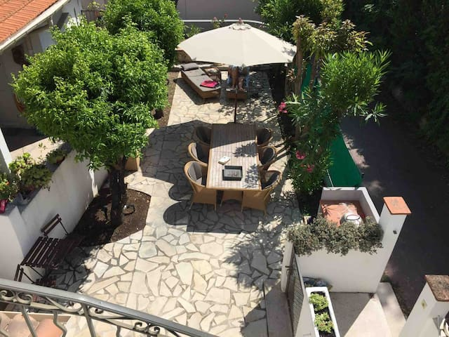 Cap d'Antibes, cozy, close to water, a/c, garden